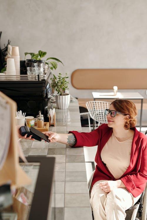 Fotos de stock gratuitas de adentro, cafetería, conexión, desgaste