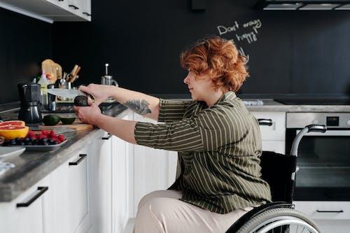 Foto d'estoc gratuïta de a casa, alvocat, àpat, cadira de rodes