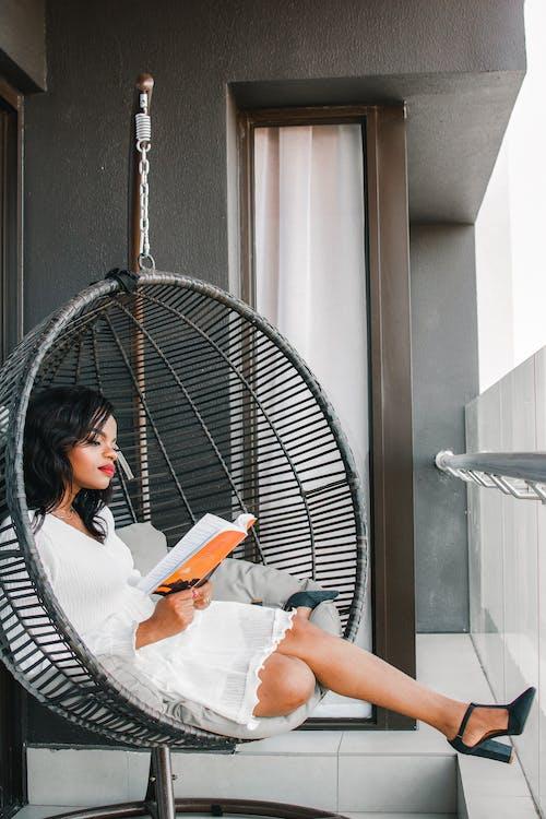 Mujer Con Camisa Blanca Sentada En Una Hamaca Negra