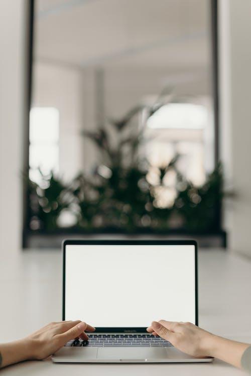 Darmowe zdjęcie z galerii z bezprzewodowy, biały ekran, biurko, biuro