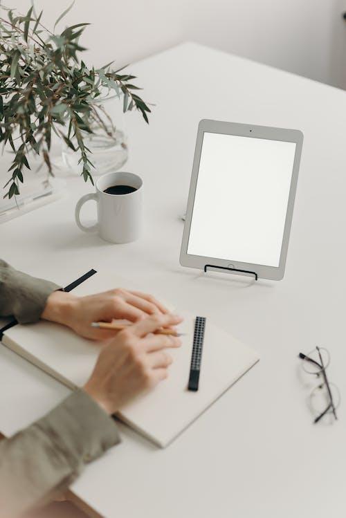 Бесплатное стоковое фото с apple, ipad, белый экран, бизнес