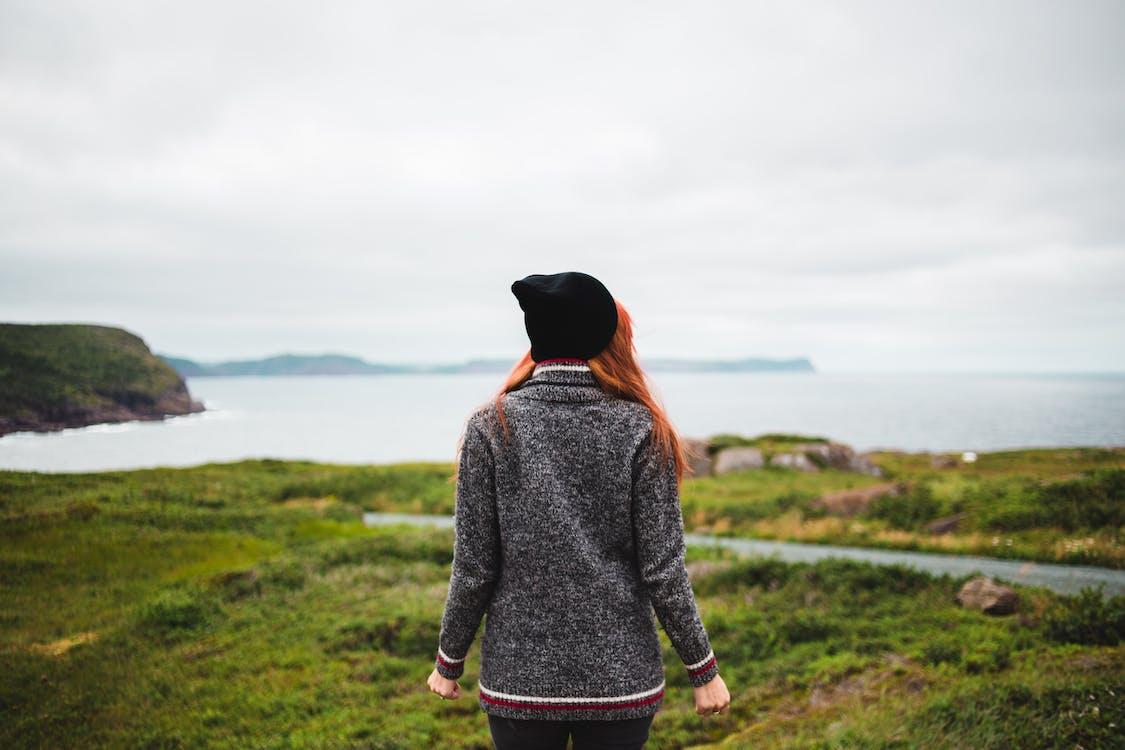 Photos gratuites de campagne, chapeau noir, cheveux roux