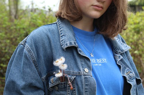 Kostenloses Stock Foto zu abgeschnitten, blaues shirt, brünette