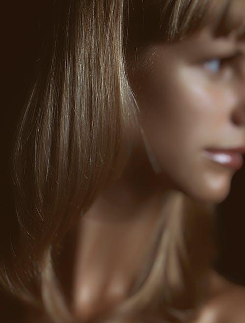 Kostnadsfri bild av brunett, frisyr, grunda fokus, hår