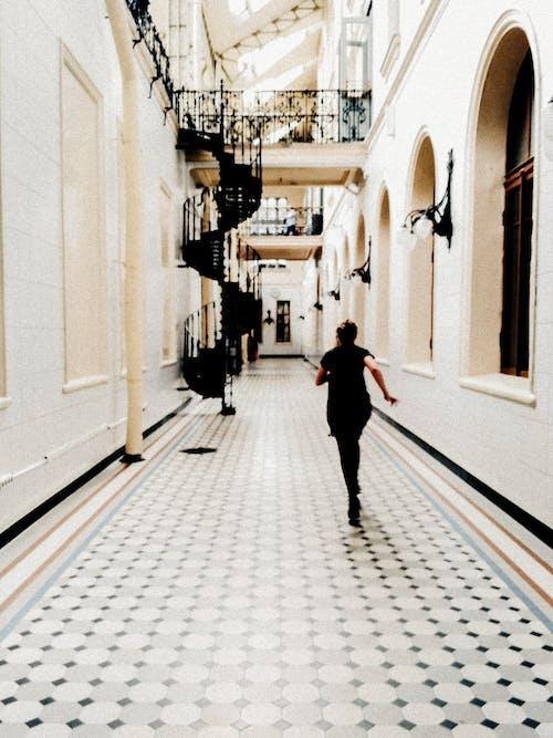 bulanık, kişi, koridor, koşmak içeren Ücretsiz stok fotoğraf