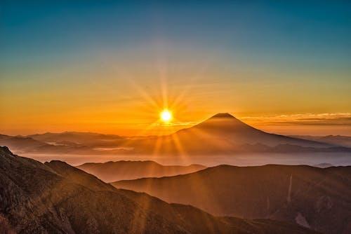 Бесплатное стоковое фото с вулкан, горы, закат, небо