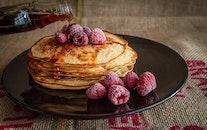 plate, blur, raspberries