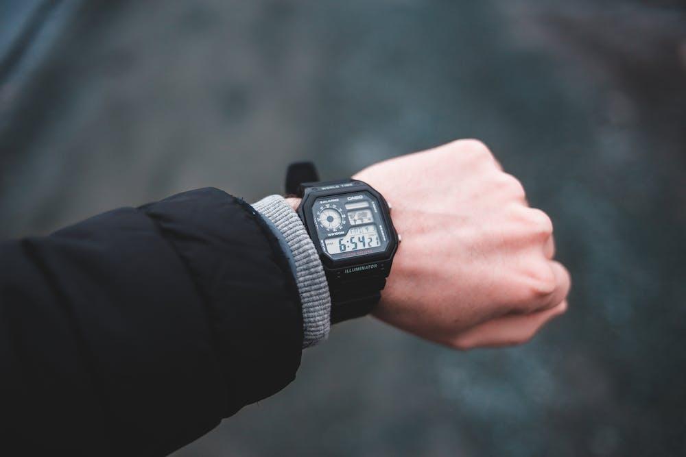 Person wearing a black digital watch.   Photo: Pexels