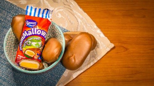 Darmowe zdjęcie z galerii z czekolada, na stole, pisanki, sklejka
