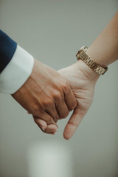 Бесплатное стоковое фото с время, держаться за руки, женщина