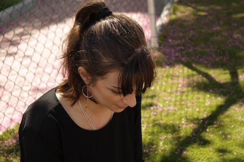 Foto profissional grátis de brincos, cabelo, fêmea