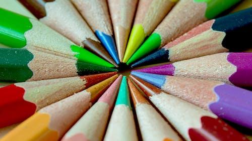 Fotobanka sbezplatnými fotkami na tému drevené ceruzky, farby, farebné pastelky, farebný