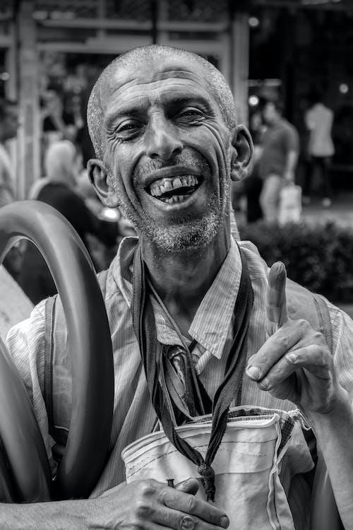 Kostenloses Stock Foto zu bärtig, glückliches gesicht, graustufen