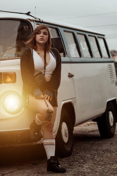Безкоштовне стокове фото на тему «автомобіль, водій, вродлива, Вулиця»