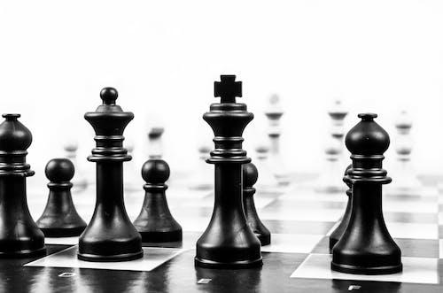 Foto profissional grátis de brincadeiras, jogo de tabuleiro, P&B, tabuleiro de xadrez