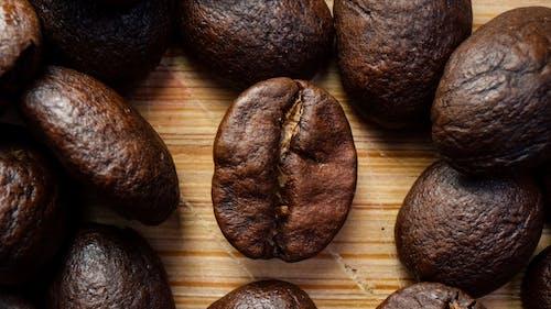 건조한, 목조 테이블, 볶은 커피 콩, 어두운의 무료 스톡 사진