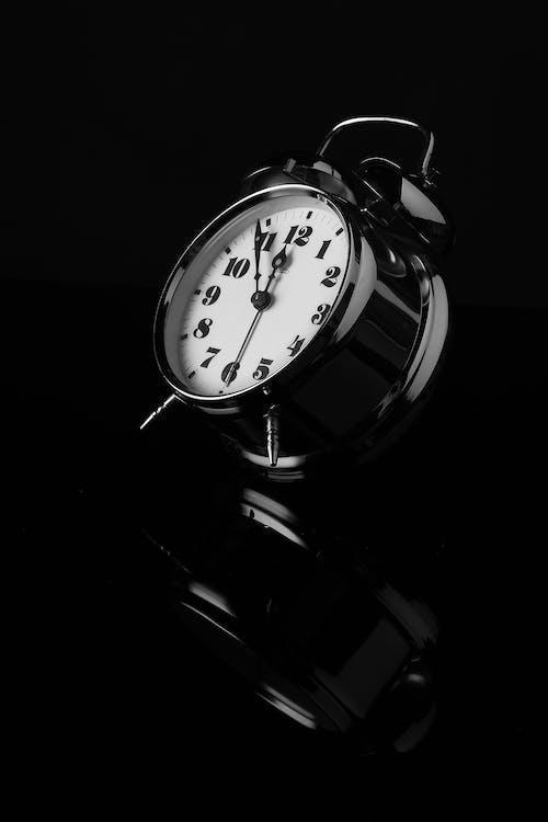 Imagine de stoc gratuită din alb-negru, ceas cu alarmă, reflexie