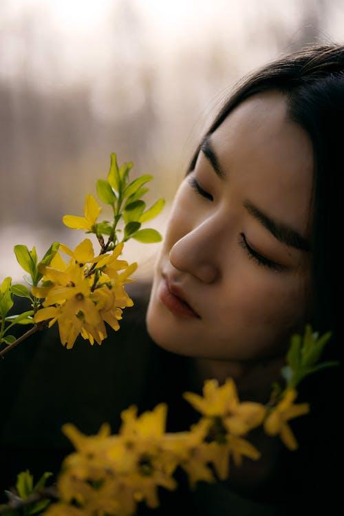 Бесплатное стоковое фото с азиатка, желтые цветы, женщина
