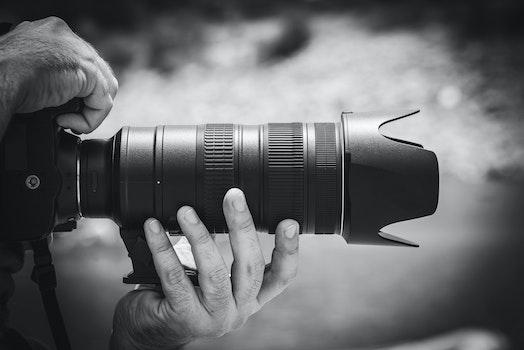 Kostenloses Stock Foto zu schwarz und weiß, mann, person, hände