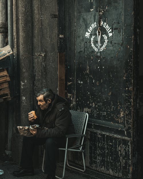 Immagine gratuita di adulto, anziano, cibo, giacca nera