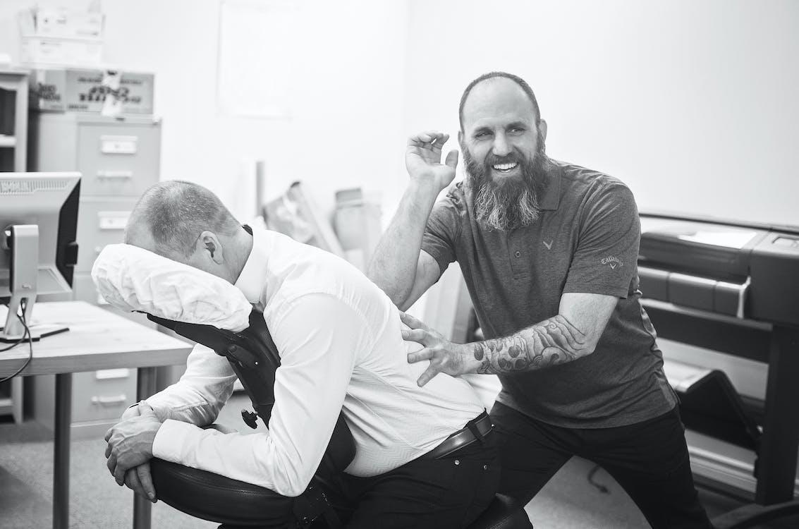 Foto profissional grátis de alegre, assento, assistência médica