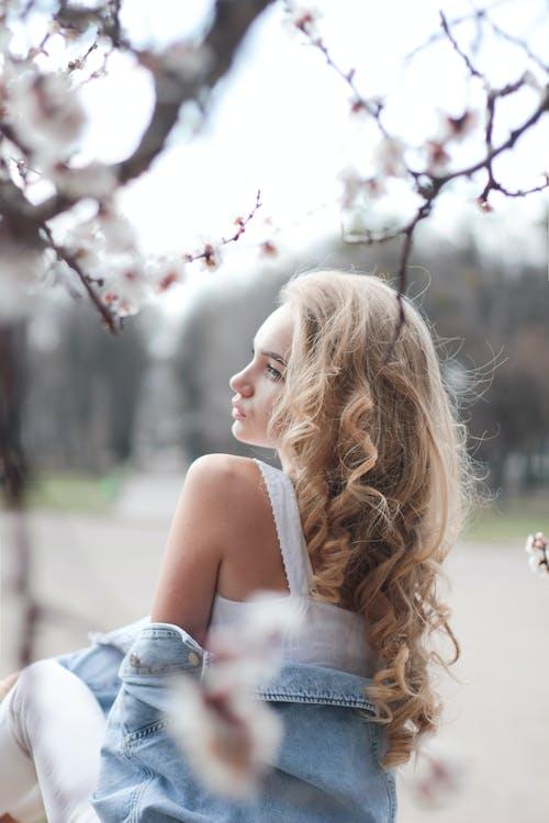 Foto profissional grátis de □ gentil, ao ar livre, árvore, atraente