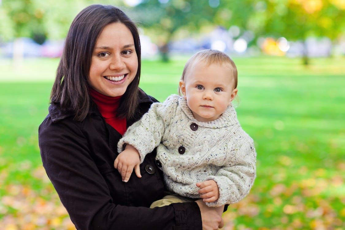 Kostenloses Stock Foto zu baby, draußen, elternteil