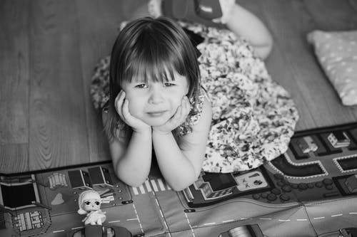 Fotos de stock gratuitas de aburrido, Acostado, blanco y negro, emoción