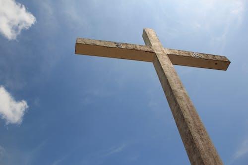 Foto profissional grátis de céu azul, céu de brigadeiro, cruz de pedra