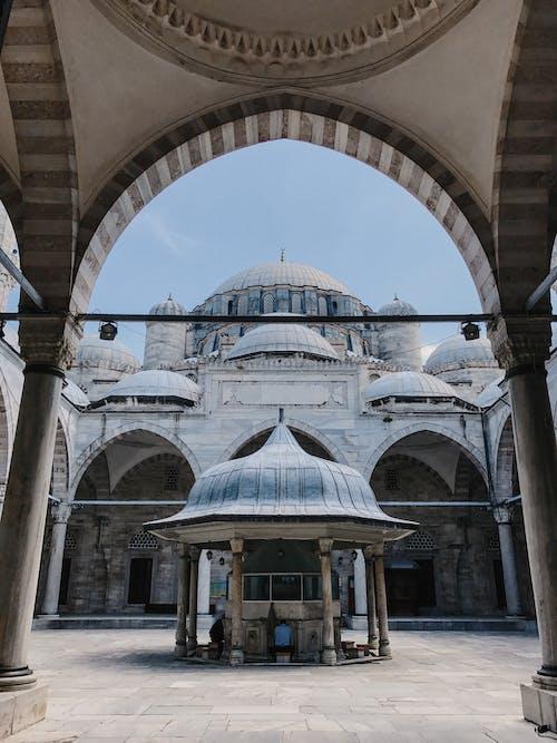 中世のモスクの中庭とアーチ型の通路