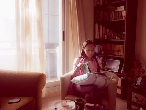 Ingyenes stockfotó kanapé, napfény, olvas, szék témában