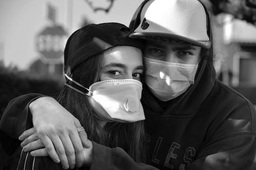 Fotobanka sbezplatnými fotkami na tému chirurgická maska, chlapec, čierna a biela