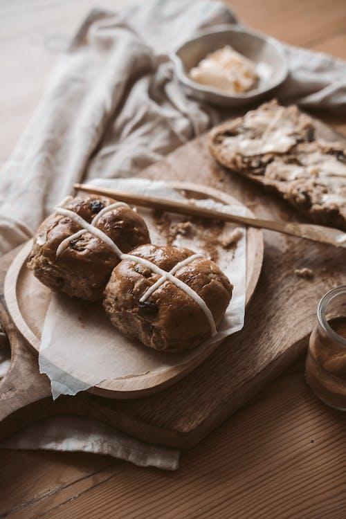 Gratis arkivbilde med bakervarer, bakt, boller, bord