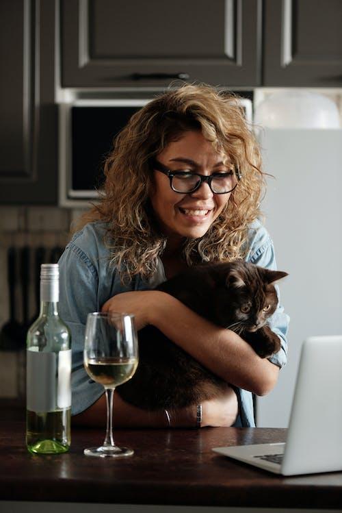 블루 데님 버튼 업 셔츠 검은 고양이 들고있는 여자