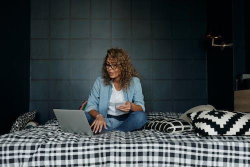 Бесплатное стоковое фото с macbook, macbook air, в помещении, внештатная работа