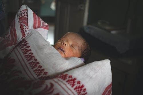 Gratis lagerfoto af baby, baby foder, baby på arme, baby sovende