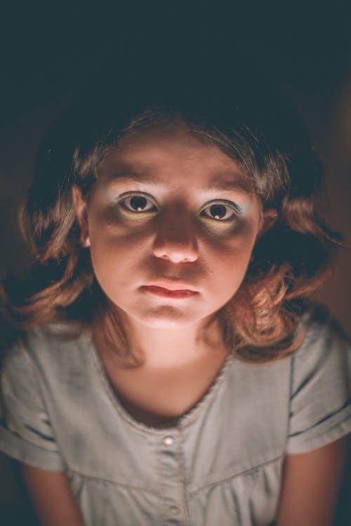 インドア, ウェーブのかかった髪, うつ病の無料の写真素材