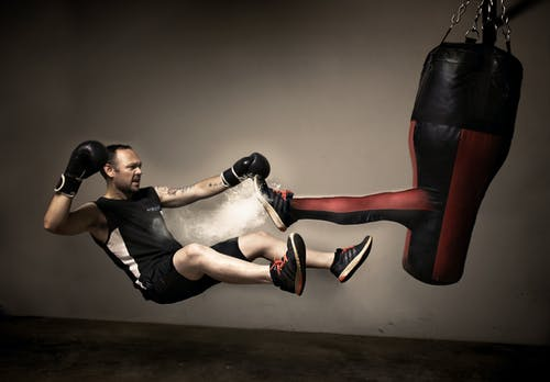 Darmowe zdjęcie z galerii z 1 człowiek, boks, ciemne tło, czarny