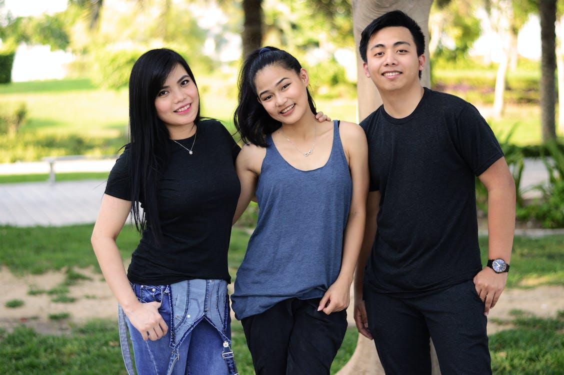 ázsiai lány, barátok, férfiak
