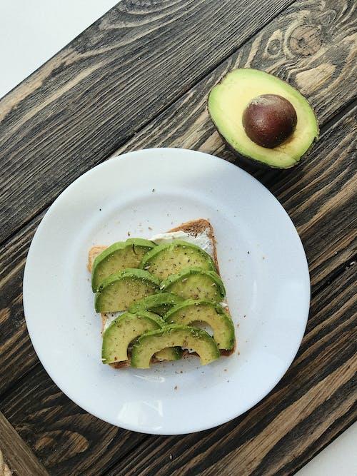 Gratis stockfoto met avocado, avocado toast, bord, eten