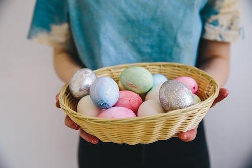 Darmowe zdjęcie z galerii z jajko wielkanocne, kosz, osoba, pastelowe kolory
