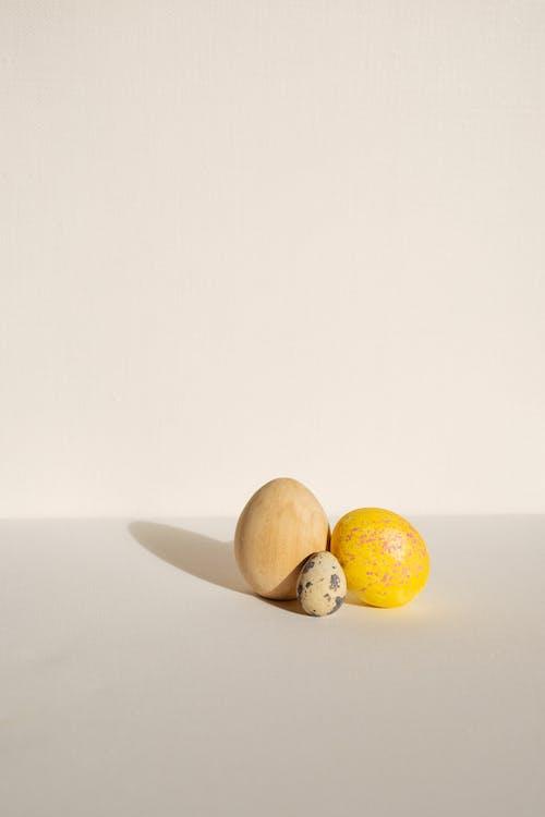 Beyaz arka plan, bıldırcın yumurtası, Mutlu Paskalyalar, Paskalya içeren Ücretsiz stok fotoğraf