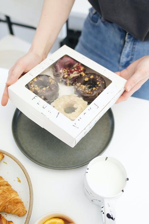 Gratis arkivbilde med bakt, boks, bord, brød