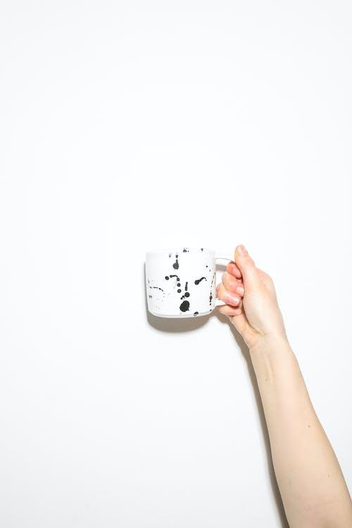 Základová fotografie zdarma na téma design, držení, hrnek, hrnek na kávu