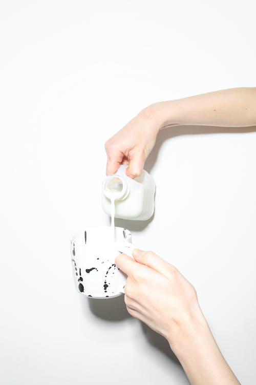 Бесплатное стоковое фото с безликий, в помещении, держать, жидкий