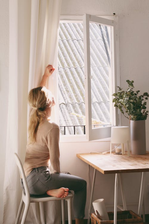 Kostenloses Stock Foto zu blond, drinnen, entspannung, erwachsener