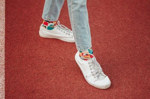 Δωρεάν στοκ φωτογραφιών με denim τζιν, γκρο πλαν, λευκά πάνινα παπούτσια