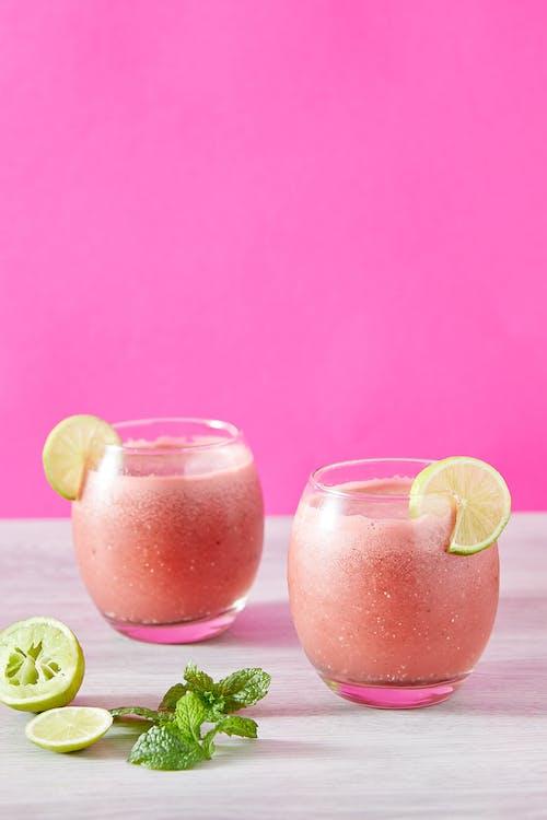 Dua Gelas Minum Bening Dengan Jus Jeruk
