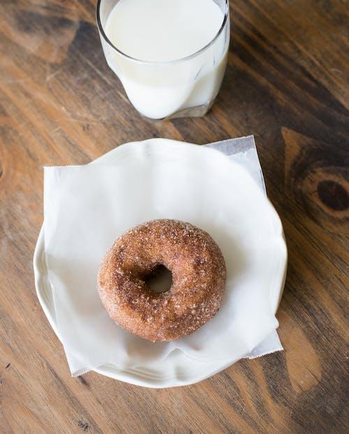 Gratis lagerfoto af bagværk, donut, donuts, mælk