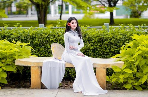 Бесплатное стоковое фото с азиатка, белое платье, дневной свет